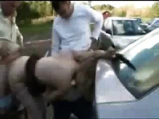 पार्किंग में पुरुषों का एक बहुत कुछ के साथ dogging फूहड़ पत्नी।शौक़ीन व्यक्ति