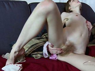 Vasilisa उंगलियों उसके बालों बिल्ली
