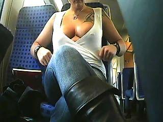 braless सुंदरता बस सवारी और उसके स्तन चमक