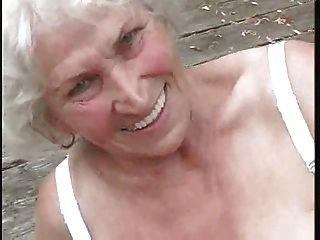 दादी अभी भी सींग ... बीएमडब्ल्यू