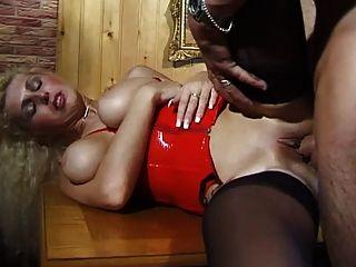 बड़ी प्राकृतिक स्तन के साथ जर्मन एमआईएलए उसे पिछवाड़े में मुश्किल यह लेता है