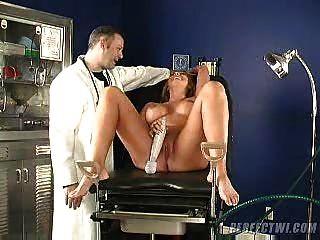 डॉक्टर और उनके सहायक एमआईएलए रों संभोग का ख्याल रखता है