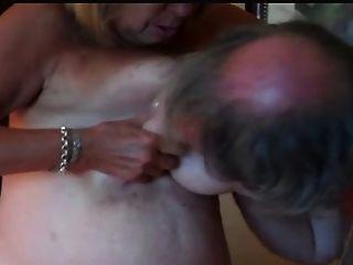 बड़े स्तन निपल्स बांटने परिपक्व और हो रही कुत्ता गड़बड़