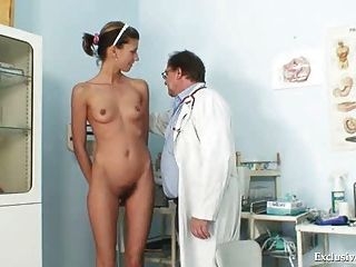 एंजेला बिल्ली वीक्षक gyno चिकित्सक द्वारा जांच की है