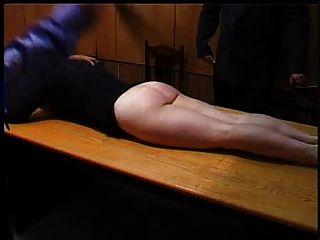 शरारती सचिव एक चाबुक की मार से दंडित किया जाता है