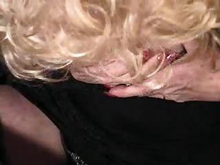 औरत उसके योनी के साथ खेलता है