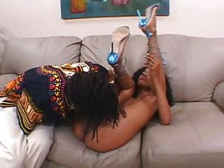 एक महान गधे के साथ पतली काली लड़की!शैलियों
