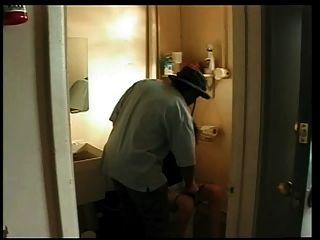पत्नी गैस स्टेशन बाथरूम में काले आदमी द्वारा गड़बड़