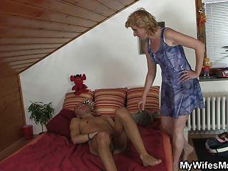 सास उसे हस्तमैथुन पाता है और उसे बिल्ली प्रदान करता है