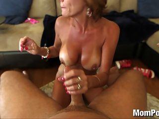 44 वर्षीय बड़े स्तन कौगर चेहरे लेता है