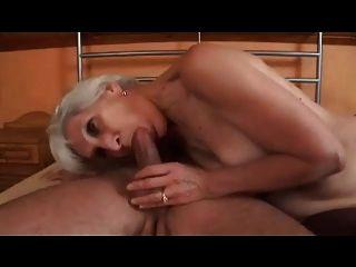 मोज़ा Fucks में चुस्त ग्रे बालों वाली दादी