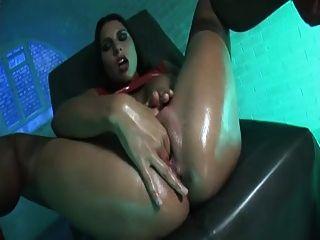 लेटेक्स लड़की एक बड़ा लाल dildo का उपयोग करता है बिग हे को पाने के लिए