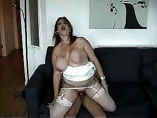 विशाल स्तनों झटकों के रूप में वह गड़बड़ हो जाता है