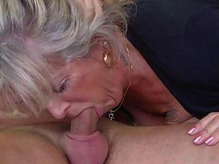 सुनहरे बालों वाली दादी एक घुड़साल द्वारा चोरी