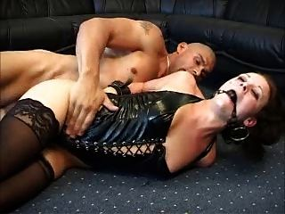 डेनिश आकर्षक गुदा ballgag और लेटेक्स साथ sodomized