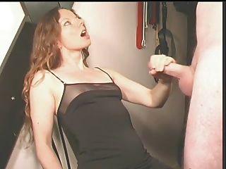 वह उसे उसके कपड़े पर सह बनाता है