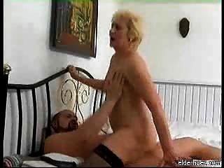दादी चूसने और मुर्गा कठिन ले रही है