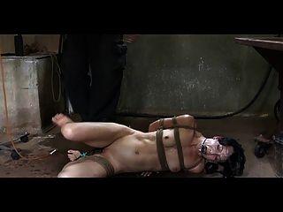 बीडीएसएम गुलाम Elise कब्र एनीमा सजा और आउटडोर बिगाड़ने