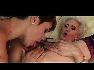 दादी और उसकी प्रेमिका एक अच्छा चाटना है