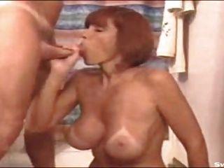 अच्छा स्तन चूसने के साथ महान milf।