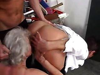 grannies जवान लड़कों के साथ स्विंग करने के लिए प्यार करता है