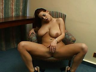 बड़े स्तन एकल के साथ सेक्सी श्यामला।