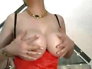गड़बड़ मोजा में बड़े स्तन के साथ बालों दादी