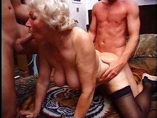 दादी नोर्मा दो लंड के साथ खेलने के लिए है