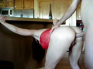 लाल रंग की पोशाक में सेक्सी परिपक्व उसे बट में गड़बड़ हो जाता है