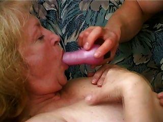 मोटा दादी उसकी ठोड़ी से सह टपकता पसंद करती है