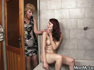 उसकी माँ उसे योनी और उसके पिताजी उसकी बैंग्स licks