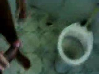 बाथरूम में शौकिया भारतीय जोड़ी