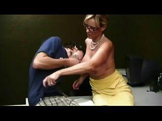 माँ handjob दे TROC द्वारा लड़का भागते