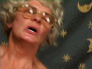 मोज़ा में ग्रे दादी उसे चश्मा पर सह हो जाता है