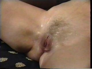 तीन स्तनपान कराने वाली समलैंगिकों उनके मुंह और चाटना pussies में दूध निचोड़