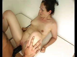 पत्नी विशाल strapon dildo लेता है