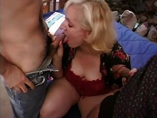 गोरा milf बेकार है और दो लंड fucks