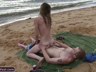 स्कीनी शौकिया लड़की समुद्र तट पर गड़बड़