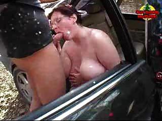 बीबीडब्ल्यू कार में उसके स्तन पर सह हो रही है