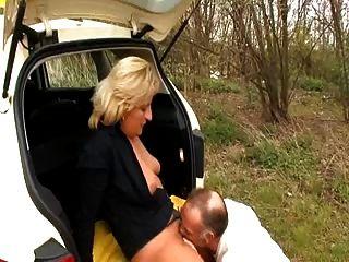 टैक्सी ड्राइवर उसके ग्राहक fucks