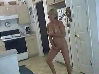 रसोई घर में कुतिया