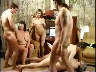 रूसी परिवार एक नंगा नाच होने
