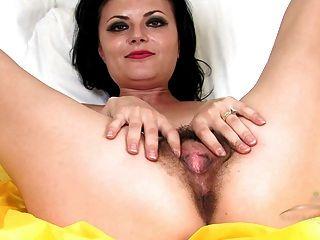 बिस्तर पर परिपक्व बालों विवियन squirts