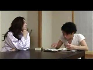 जापानी माँ युवक की गाड़ियों