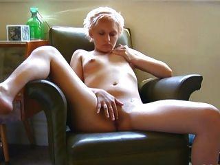 प्यारा छोटे स्तन हस्तमैथुन