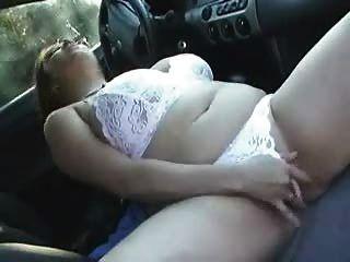 Busty BBW महिला क्लेयर उसे कार में cums
