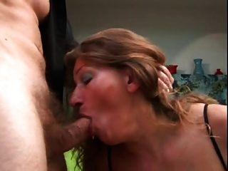 परिपक्व उसे गधा fucked और उसके स्तन पर सह हो जाता है
