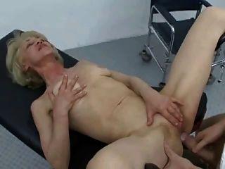 दादी कमबख्त चूसने और निगलने प्यार करता है !!