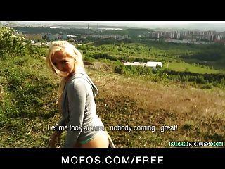 सार्वजनिक पिकप - सेक्सी गोरा चेक घुड़दौड़ पार्क में यौन संबंध है