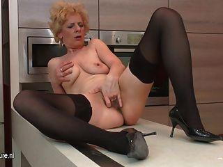 बदसूरत परिपक्व फूहड़ उसे रसोई में हस्तमैथुन करने के लिए प्यार करता है